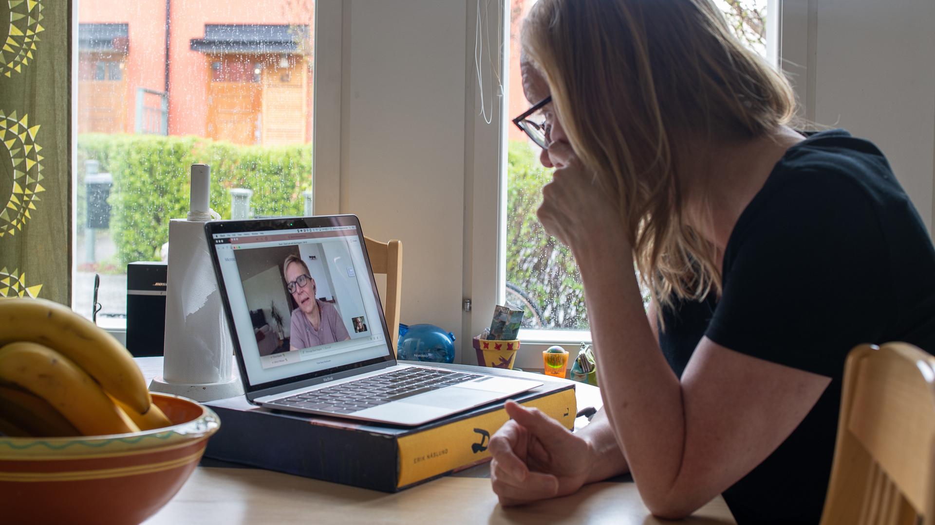 Kvinna framför dator i videosamtal