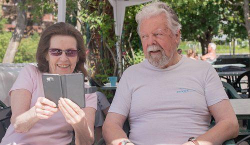 Äldre par som tillsammans tittar på en mobil