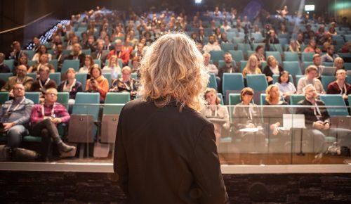 En talare står framför en stor publik på konferensen Internetdagarna