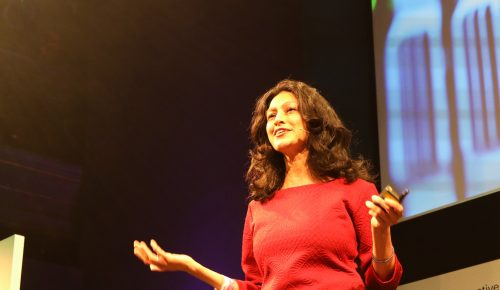Payal Arora talar inför publik