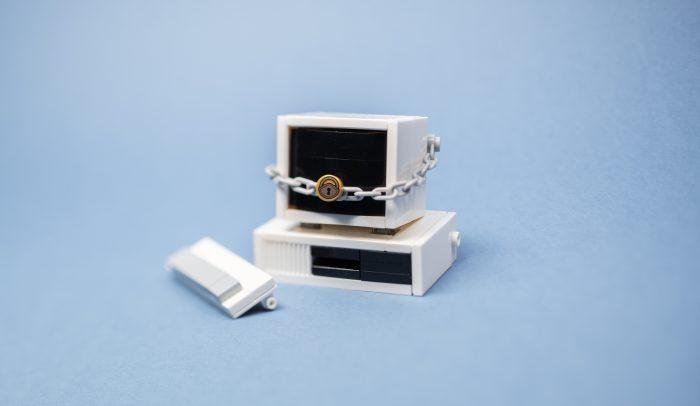 Miniatyr-dator med litet lås runt sig.
