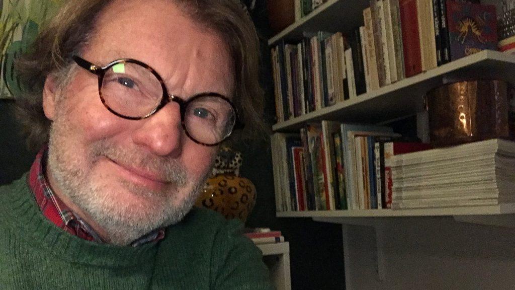 Ole Oldeen framför en bokhylla