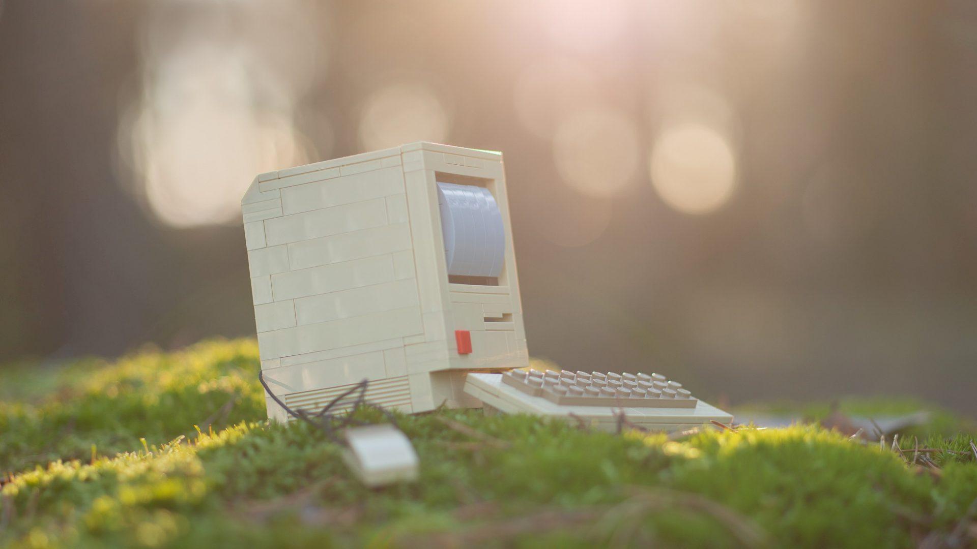 Plastdator i skogen.