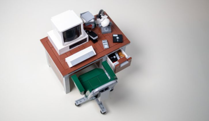 Leksaksskrivbord i miniatyr med dator, stol, lampa mm.