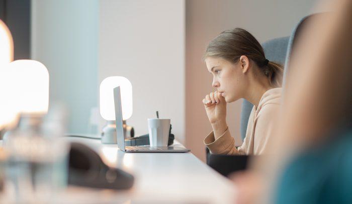 Flicka som pluggar på distans med sin bärbara dator