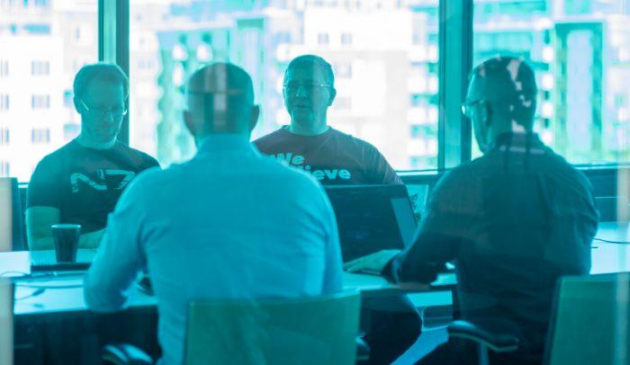Människor i ett mötesrum