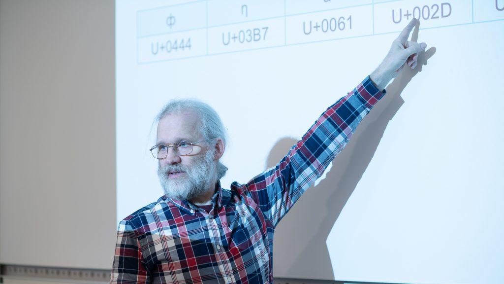 Internetstiftelsens Mats Dufberg pekar på tavlan under DNS-kursen på KTH