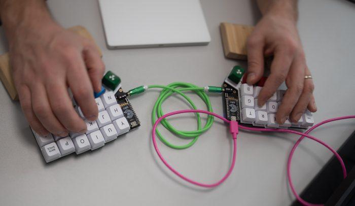Två händer jobbar med DNS på ett tangentbord