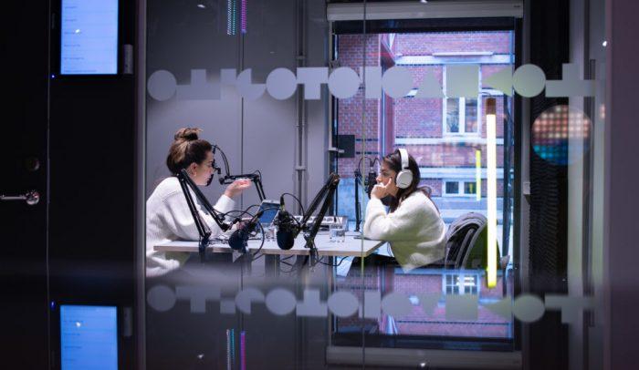 Två personer spelar in podd i poddstudio på Goto 10 Malmö.