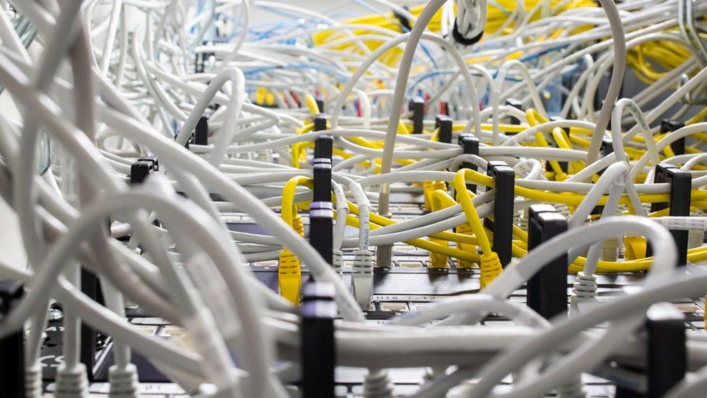 Nätverkskablar ihopkopplade.