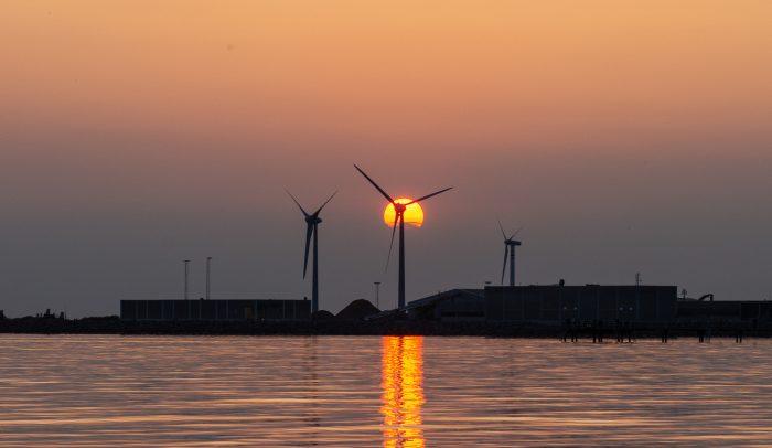 Vindkraftverk i solnedgång i Falkenberg