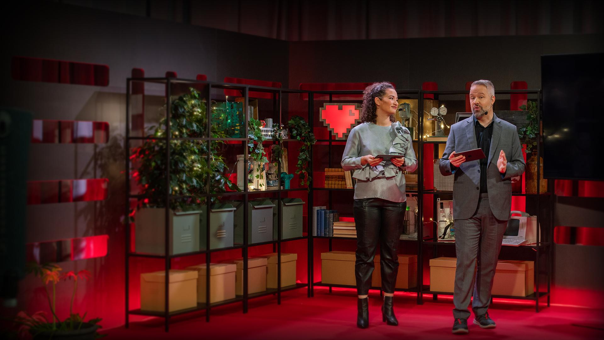 Aisha och Måns står på scenen och leder internetdagarna