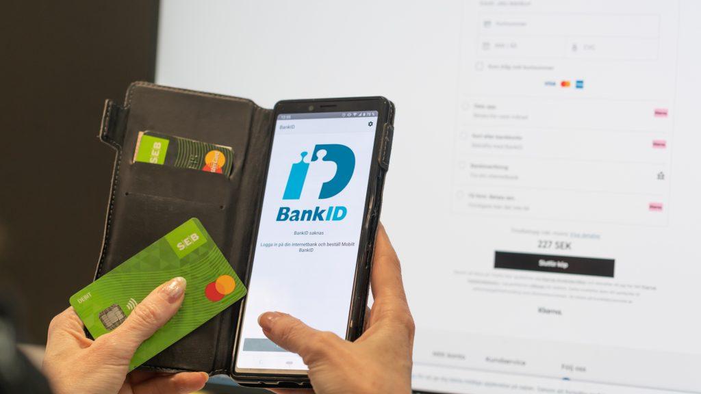 En person handlar på nätet och signerar köpet med Bank-id.